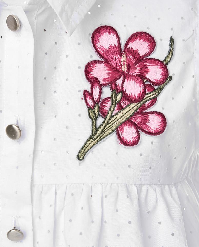Белая блузка с нашивкой