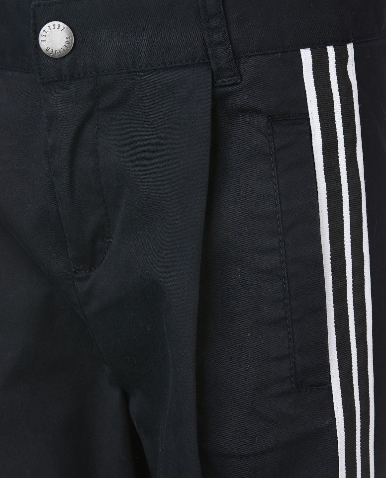 Черные брюки с лампасами