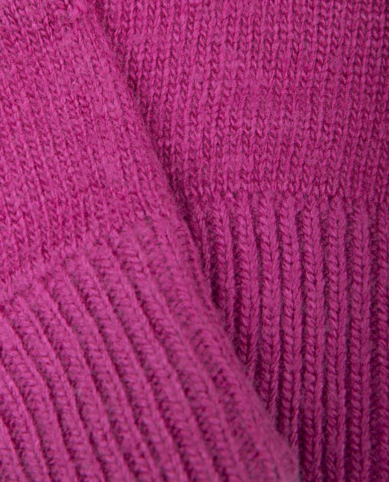 Розовые вязаные варежки