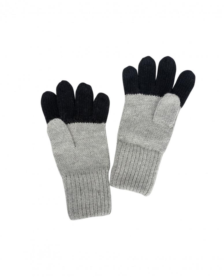 Серые вязаные перчатки