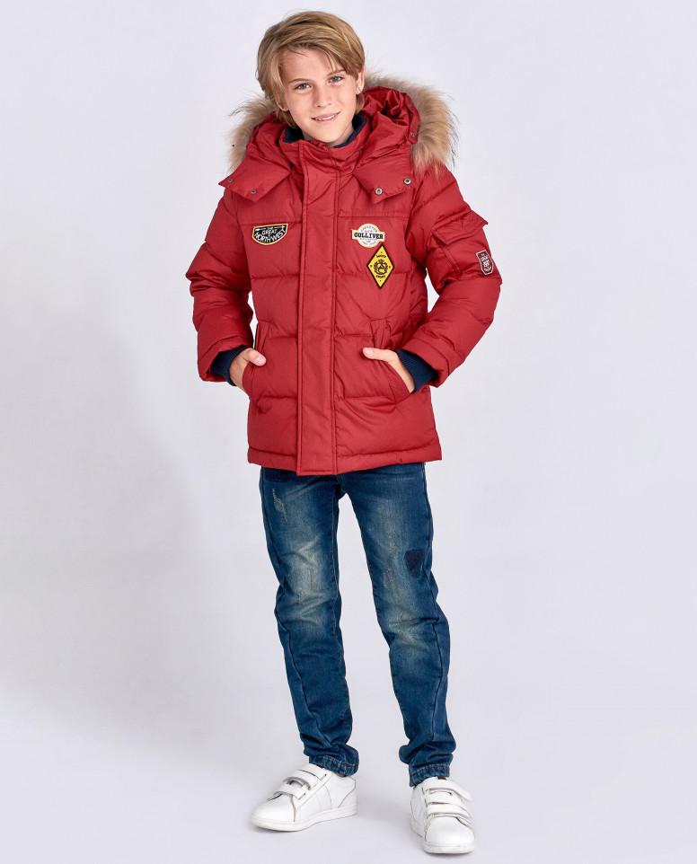 Красная зимняя куртка с нашивками