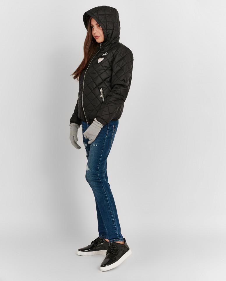 Черная демисезонная куртка с нашивками
